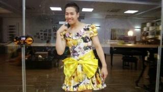 Jackson GOT7 Kenakan Gaun Cewek Motif Bunga