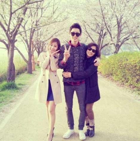 Dari kiri: Park Yoo-ra, Chanyeol dan Ibu Chanyeol