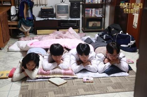 """Dari kiri: Lee Hye-ri, Go Kyung-pyo, Ryu Jun-yeol dan Lee Dong-hui dalam drama """"Reply 1988"""""""