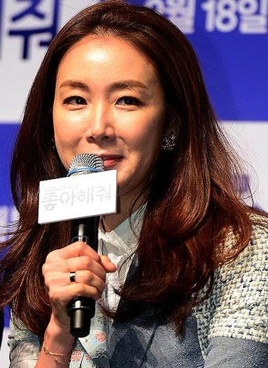 Choi Ji Woo saat menghadiri press conference film Like for Likes