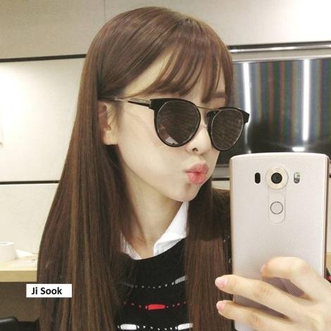 Jisook, anggota Rainbow lucu dengan kacamata besar