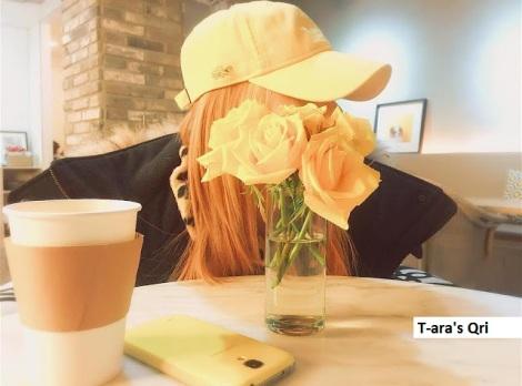 Qri, anggota kelompok T-ara sembunyi dibalik bunga