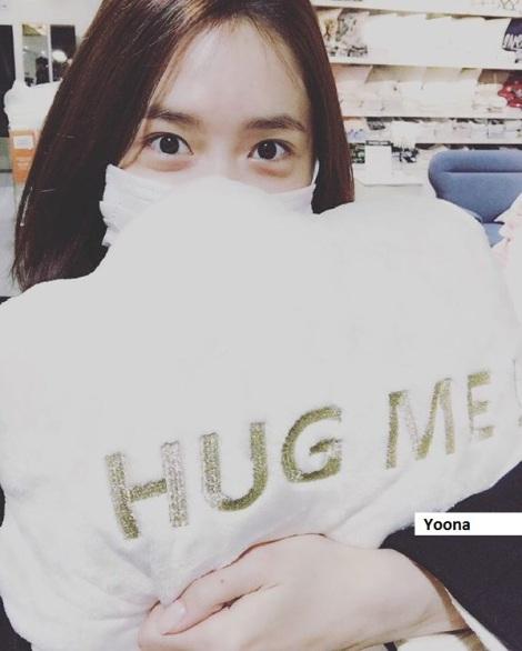 Yoona SNSD ingin kamu peluk, tuh.