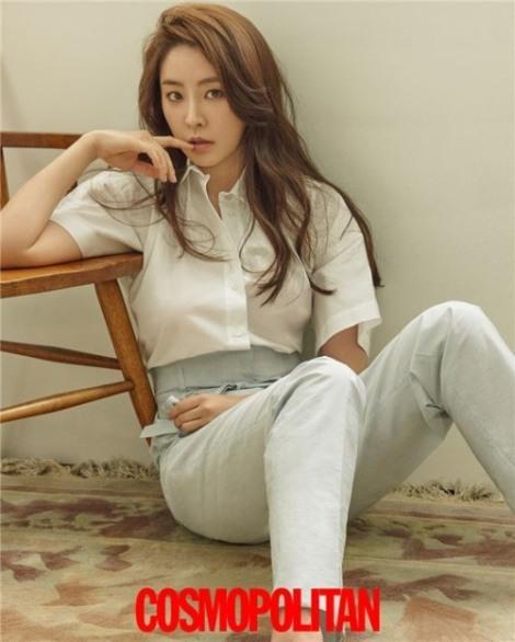 Actress Jung Yoo-mi pose for magazine Cosmopolitan June 2016 (5)
