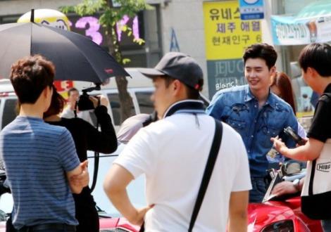 Lee Jong-suk Filming Koren Drama W Behind The Scenes (3)